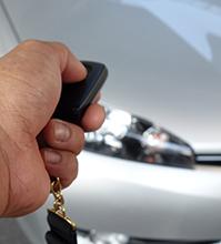 リモコンで車の鍵を開ける人